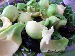 Салат из авокадо.  Рукколу смешать с авокадо