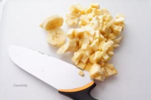 порезать банан для банановых маффинов