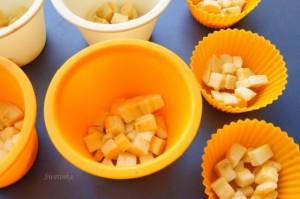 выложить банан в формочки для маффинов