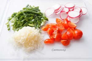нарежьте овощи для салата с яйцами