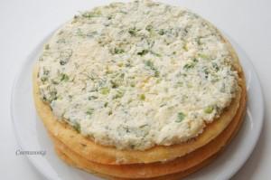 смазать коржи сырным кремом