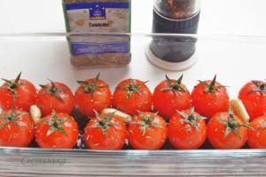 посыпать помидоры солью, перцем и тимьяном