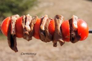 нанизать печень и помидоры на шампур