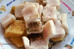 нарезать картофель и сало