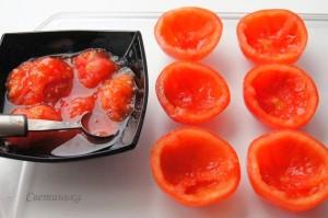 разрезать помидоры пополам и убрать мякоть