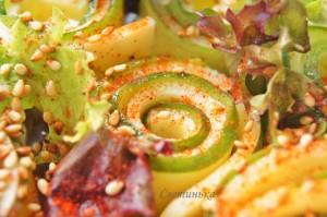посыпать салат кунжутом и перцем