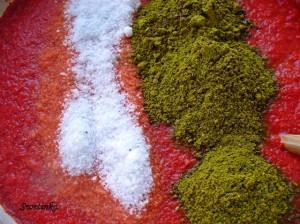 добавить в аджику соль и приправы