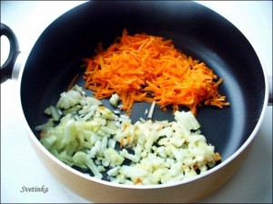обжарьте лук, чеснок и морковь