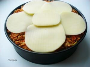 выложить сверху сыр