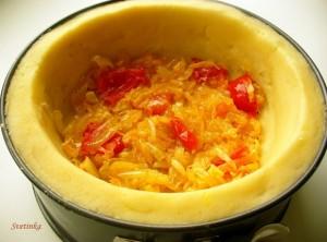 выложить овощи в картофельную тарелку