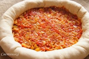 в середину пиццы выложить овощную начинку