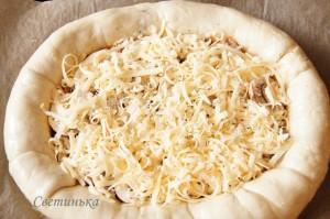 посыпать пиццу тертым сыром