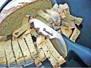 нарезать хлеб кубиками