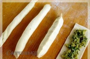 выложить сырно-ореховую начинку на тесто