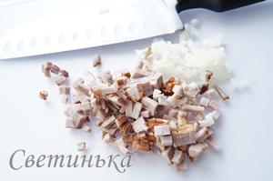 мелко нарезать чеснок с беконом
