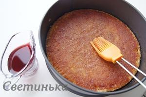 промазать корж ягодной пропиткой