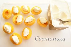 выложить в абрикосы плавленный сыр