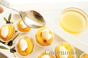 полить абрикосы медом