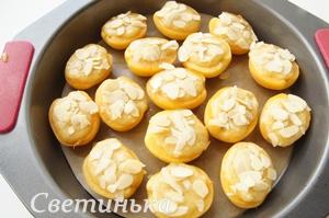 заполнить миндальным кремом абрикосы