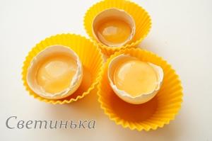 для омлета отделить желтки от белков