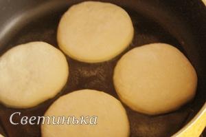 поджарить сырные лепешки с обеих сторон