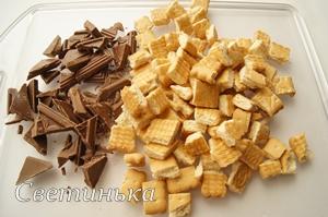 разломать шоколад и печенье на кусочки
