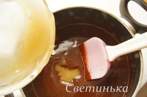влить в шоколадную массу мед