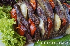 говядина, запеченная с помидорами и луком