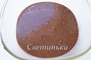 вылить бисквитное тесто в форму