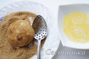 обвалять выпечку в масле и  коричном сахаре