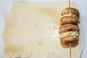 шампур с  шампиньонами на слоеное тесто
