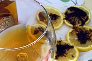 лимон с молотым кофе к коньяку