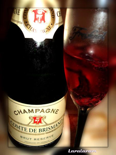 Шампанское в бокале с сиропом из цветов хибикуса