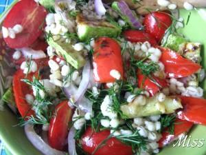 перемешать салат, посолить и поперчить