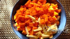 Морковь и чеснок, нарезанные дольками