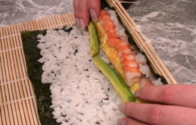 Как сделать суши дома с обычного риса