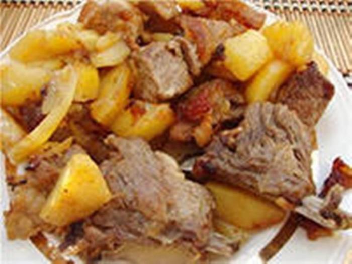 тушеная картошка с свиными ребрышками в мультиварке