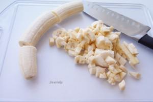 нарежьте бананы для рулета